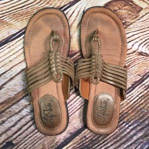 Life Stride Shoes - HP🎉LIFE STRIDE WOVEN THONG SANDALS