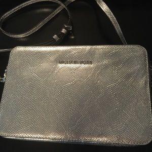 Michael Kors Handbags - ‼️Sale‼️ ⭐️Michael Kors silver crossbody⭐️
