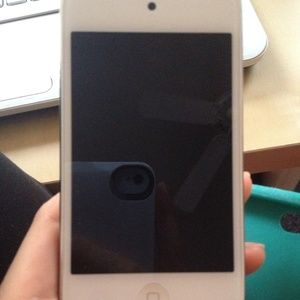apple Other - (AVAILABLE)Itouch white 8GB-Excellent condition