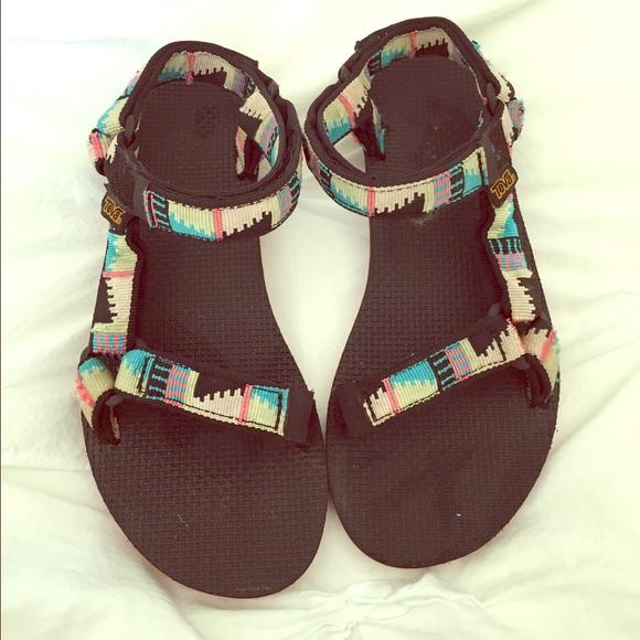 a83cbad7820de Teva Universal Flat Sandals in Tribal Print. M 57095bee291a359e7300a28a