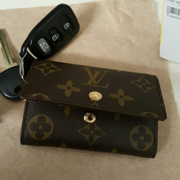 f2e039db9bad Louis Vuitton Accessories - Louis vuitton 6 key ring holder.