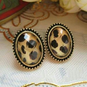 Jewelry - SALE👑Vintage Leopard Earrings Ear Studs