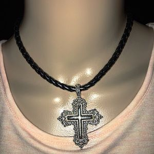 Jewelry - Beautiful silver necklace with leather chain ❤️
