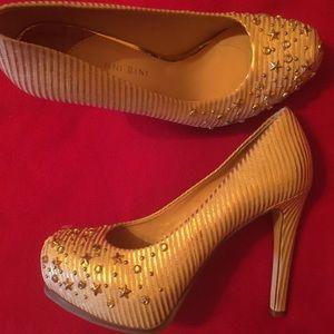 Gianni Bini gold leather pumps!