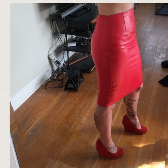 66061532 Gianni Versace vintage red leather pencil skirt