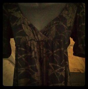 Tops - Cute top. Size Medium . Vneck cropped sleeve.