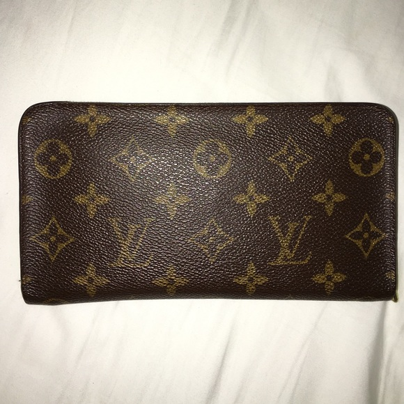 louis vuitton louis vuitton porte monnaie zippe wallet from d 39 s closet on poshmark. Black Bedroom Furniture Sets. Home Design Ideas