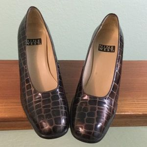 Gorgeous Nine West shiny crocodile pattern pumps