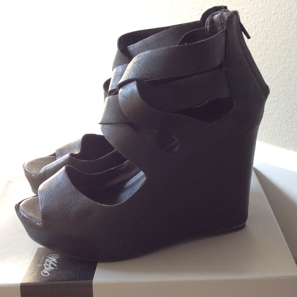 43 mossimo supply co shoes black wedges w covered