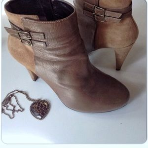 DKNYC Shoes - EUC TAN SUEDE & LEATHER ANKLE BOOTS