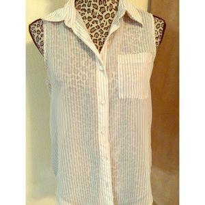 Sleeveless button up collar blouse