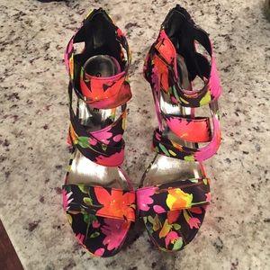 Beautiful floral heels! Never been worn!