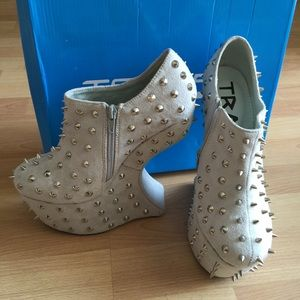 Traffic Shoes - Womens Sharp Wedges Size 7