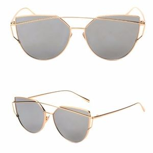 Accessories - • Oversized mirrored gold/Silver sunglasses•