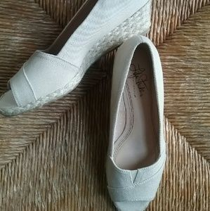 Life Stride natural color shoes size 7