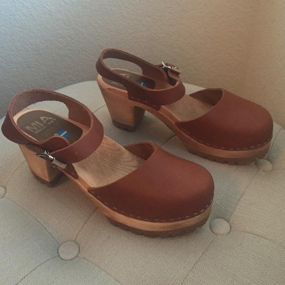 6d92a52e8c4 MIA Abba brown leather clogs. M 57201becbcd4a7464800d713