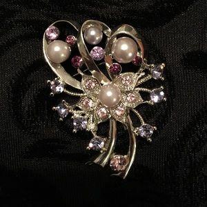 Jewelry - Beautiful crystal & pearl brooch