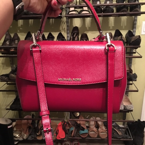 e6df121601f42 Michael Kors Ava Small SAFFIANO LEATHER SATCHEL. M 5728407168027846fc08db9d