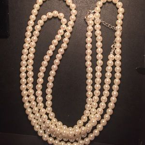 Jewelry - Pearl necklace with earrings