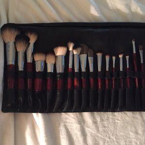 New Set of 30 Italian Badger Makeup Brushes & Case