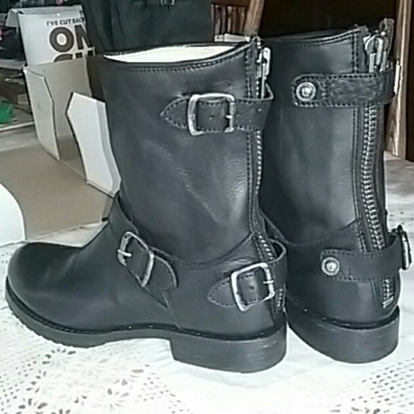 93bb02842b5a Frye Shoes - LIKE NEW Frye Veronica short back zip