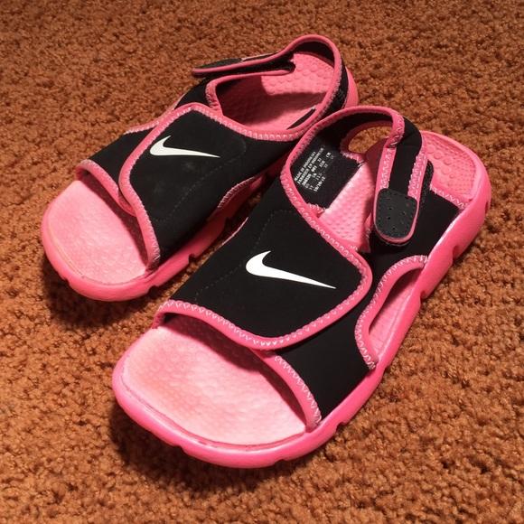 d2236e887b680 Little girls Nike sandals. M 572cd3205a49d0832e006155
