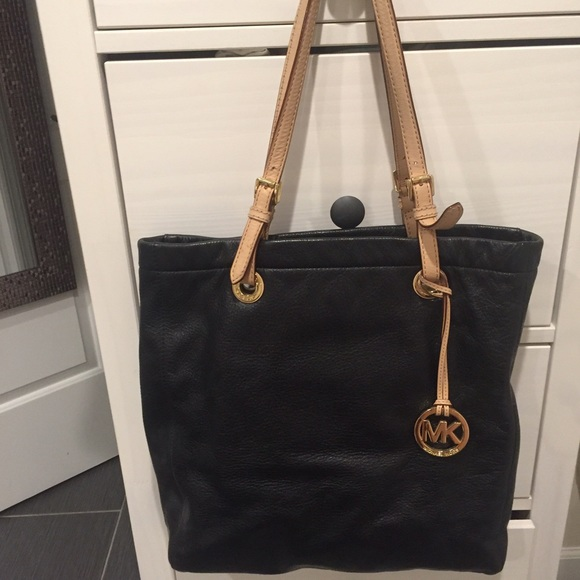 e69b1855a3af Michael Kors Jet Set Black Soft Leather Tote. M 57315be1713fde32e9012f7b