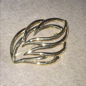 Jewelry 3/$10 6/$15 Large gold tone vintage brooch