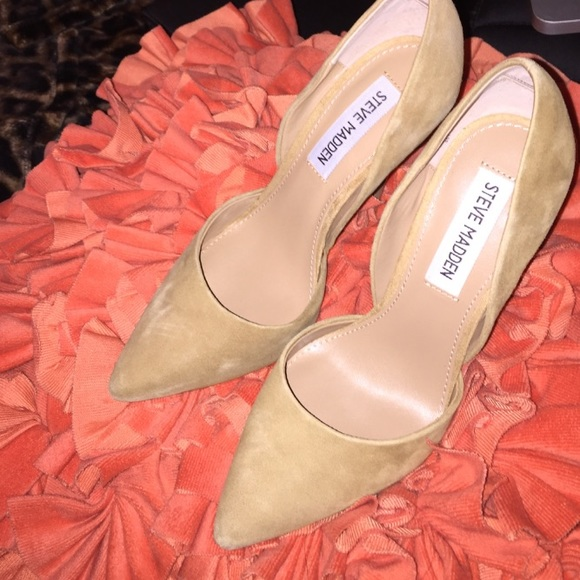 35ab8686e1a Steve Madden Varcityy Sand Suede Pumps. M 57341d057f0a0506740019c7