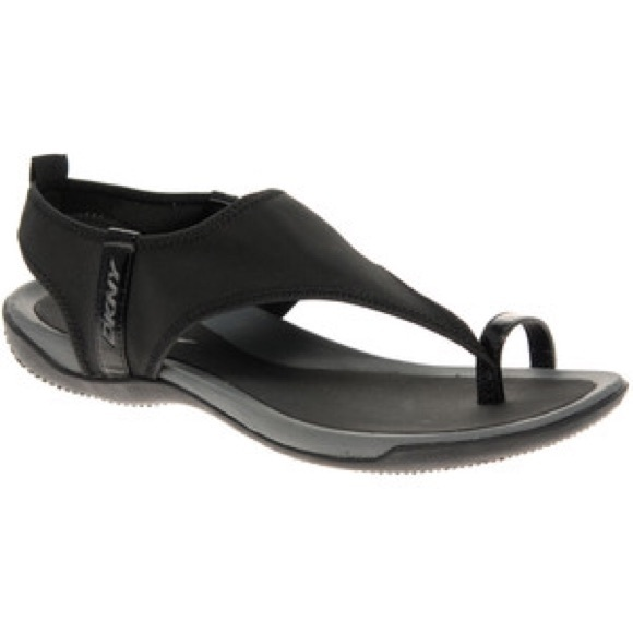 33 off dkny shoes dkny sygnal comfort toe ring sandal