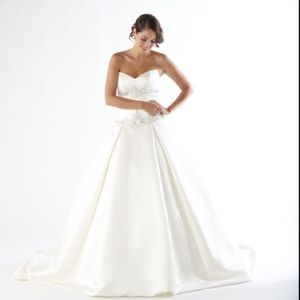Dresses & Skirts - Beautiful wedding gown (worn)