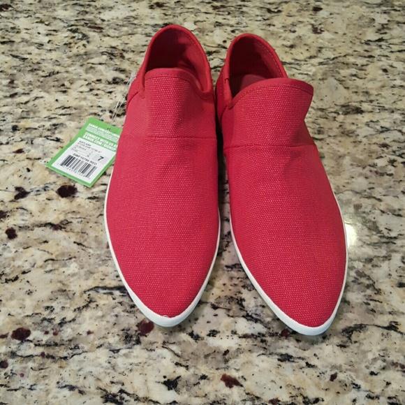 b8f208dc546 NWT Red Sanuk Katlash slip on shoes