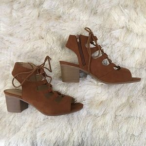 City Classified Shoes - Lace-up block heel sandals in chestnut faux suede