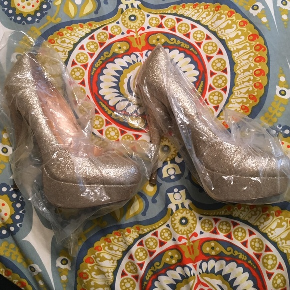 Bakers Shoes - Bakers size 7 gold glitter pumps