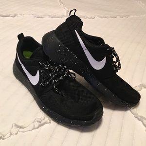 18b5405728ecf Nike Shoes - Nike Roshe Run
