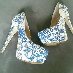 Blue design platform pumps