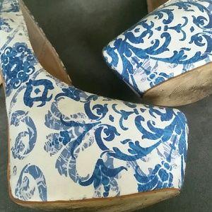 Shoe Dazzle Shoes - Blue design platform pumps