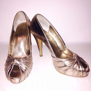 GOLD DUSTED, PEEP-TOE PUMP BY ALDO
