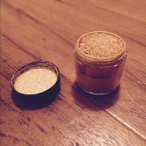 Mac loose pigment in golden lemon