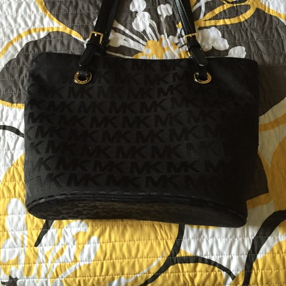 53b5d691d712 Black fabric Michael kors purse. M 5749bb9a78b31cfa5c004681