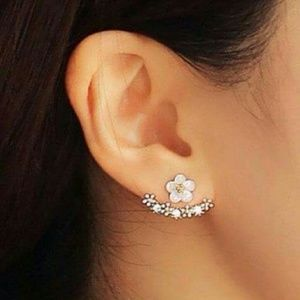 Jewelry - Pretty Crystal Daisy Earrings