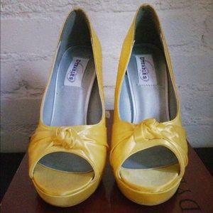 Shoes - Satin sassy peep toe shoe 👠