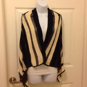 Sweaters - 🎀Black/Cream Vest Sweater with style!