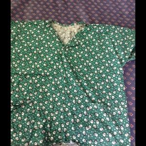 1 preowned printed scrub top v neck front pockets