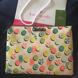 kate spade Handbags - 1 HR SALE❗️😍NWT Kate Spade cute clutch!