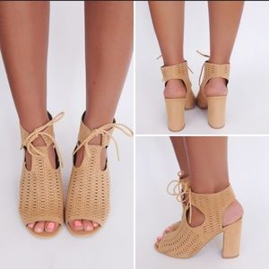 ❤️5.5 or 6.5❤️  Tan Lace Up Caged Block Sandal