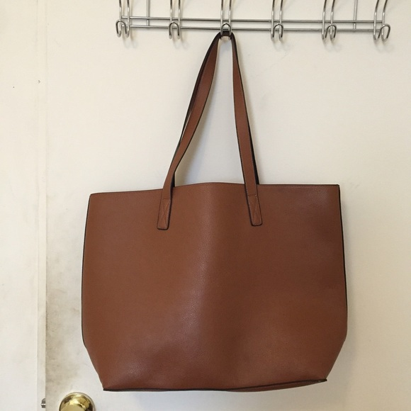4c5b0b49f7 Old Navy Reversible Faux Leather Tote. M 575c6e9abcd4a7245e02219b