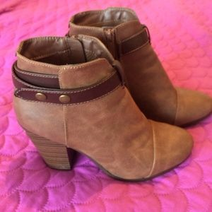 breckrlles Shoes - Brown ankle boots with strap around the ankle