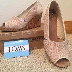 TOMS Wedge Sandals 8.5 in Natural Woven Diamond