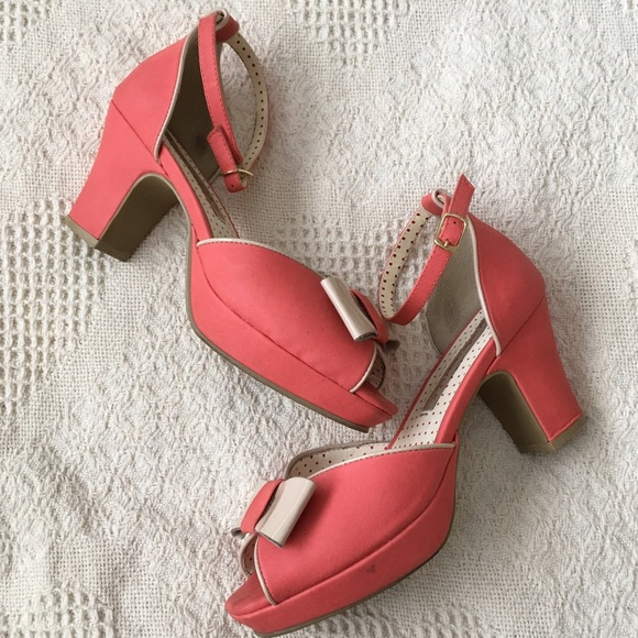 Many different colors of shoes pair well with coral dresses, but taking into account the will help make your entire ensemble look that much better. Combine that knowledge with the correct style of shoe, and you'll have a look that is an instant winner.